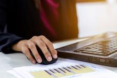 Бизнес-леди используя деятельность ноутбука стоковые изображения
