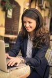 Бизнес-леди используя компьтер-книжку на кафе Стоковая Фотография RF