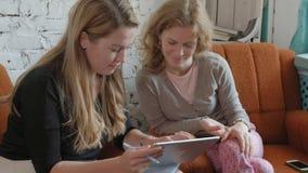 2 бизнес-леди используя сенсорную панель в офисе занятый обсудить дела видеоматериал