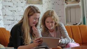 2 бизнес-леди используя сенсорную панель в офисе занятый обсудить дела сток-видео