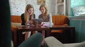 2 бизнес-леди используя сенсорную панель в офисе занятый обсудить дела акции видеоматериалы