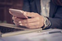 Бизнес-леди используя умный телефон Стоковая Фотография