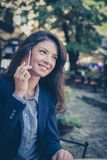 Бизнес-леди используя умный телефон Стоковая Фотография RF