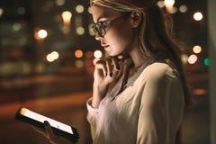 Бизнес-леди используя цифровую таблетку в офисе Стоковое Изображение