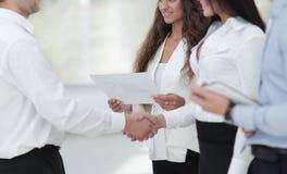 Бизнес-леди и деловой партнер рукопожатия Стоковое фото RF