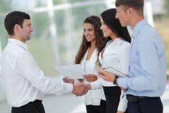 Бизнес-леди и деловой партнер рукопожатия Стоковое Изображение RF