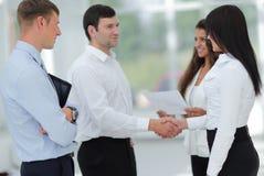 Бизнес-леди и деловой партнер рукопожатия Стоковые Изображения RF