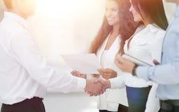 Бизнес-леди и деловой партнер рукопожатия Стоковое Изображение