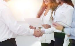 Бизнес-леди и деловой партнер рукопожатия Стоковая Фотография