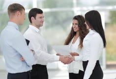 Бизнес-леди и деловой партнер рукопожатия Стоковое Фото