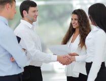 Бизнес-леди и деловой партнер рукопожатия Стоковые Изображения
