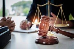 Бизнес-леди и юристы обсуждая бумаги контракта с латунным масштабом на деревянном столе в офисе Закон, юридические службы, совет, стоковая фотография