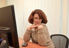 Бизнес-леди кокетливо рассматривает пункты Стоковое Фото