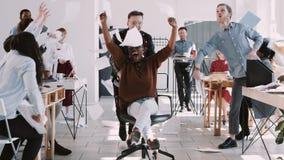 Бизнес-леди КРАСНОЙ потехи EPIC-W счастливой молодая африканская празднуя успех с замедленным движением команды офиса бросая бума видеоматериал