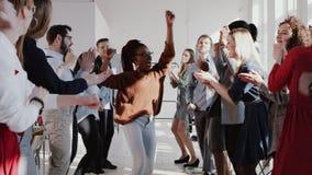 Бизнес-леди менеджера счастливой потехи молодая красивая черная женская делая танец потехи с ЭПОПЕЕЙ замедленного движения команд акции видеоматериалы