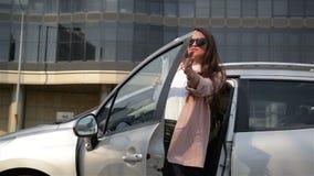 Бизнес-леди моды с финансовыми бумагами выходит автомобиля Дама Is Going К дела работа видеоматериал