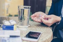 Бизнес-леди на деятельности лекарства Используя таблетки Стоковые Фото