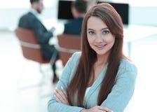 Бизнес-леди на запачканном офисе предпосылки стоковая фотография rf