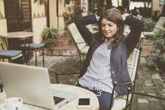 Бизнес-леди на кафе принимает пролом от работы слушая нот Стоковая Фотография RF