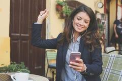 Бизнес-леди на перерыве на чашку кофе слушая музыка Стоковые Изображения RF