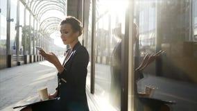 Бизнес-леди на улице видеоматериал