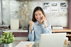 Бизнес-леди нового поколения используя smartphone, азиатская женщина h стоковое изображение