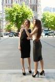 2 бизнес-леди обсуждают на заднем плане города Стоковое Фото