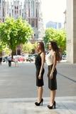 2 бизнес-леди обсуждают на заднем плане города Стоковые Изображения RF