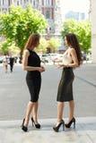 2 бизнес-леди обсуждают на заднем плане города Стоковые Изображения