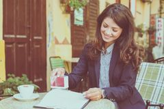Бизнес-леди одобряет документы конец вверх стоковые изображения