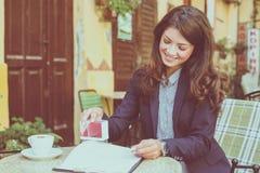 Бизнес-леди одобряет документы конец вверх стоковые фото