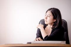 Бизнес-леди отдыхая и массажируя ее плечо в стуле офиса Стоковые Фото