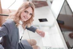 Бизнес-леди печатая на клавиатуре компьютера стоковое фото rf