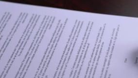 Бизнес-леди подписывая контракт на встрече близко вверх по - поддельной подписи акции видеоматериалы
