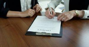 Бизнес-леди подписывая контракт сток-видео