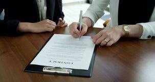 Бизнес-леди подписывая контракт акции видеоматериалы
