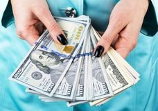 Бизнес-леди подсчитывая деньги в руках Пригорошня денег Предлагая деньги Руки ` s женщин держат купюрное строение денежной массы  стоковая фотография rf