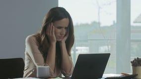 Бизнес-леди получая плохое письмо Серьезная профессиональная женская деятельность на ноутбуке видеоматериал
