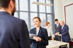 Бизнес-леди приветствует деловой партнера Стоковые Изображения
