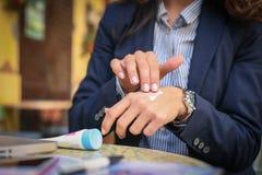Бизнес-леди прикладывая creme на руках на кафе конец вверх Стоковое Изображение RF