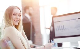 Бизнес-леди работая в офисе с диаграммой дела на компьютере Стоковые Изображения