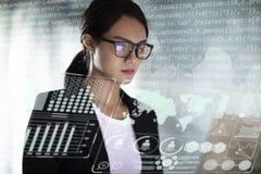 Бизнес-леди работая в офисе с ноутбуком стоковые фото