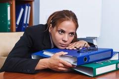 Бизнес-леди работая в офисе с папками Стоковые Изображения RF