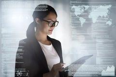 Бизнес-леди работая в офисе с таблеткой стоковые изображения