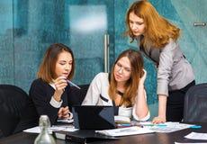 3 бизнес-леди работая в офисе Стоковые Изображения