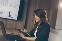 Бизнес-леди работая в офисе Стоковое фото RF