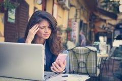 Бизнес-леди работая на кафе Стоковая Фотография