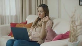 Бизнес-леди работая на ноутбуке дома Женский профессионал акции видеоматериалы