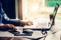Бизнес-леди работая на портативном компьютере в офисе Стоковое фото RF