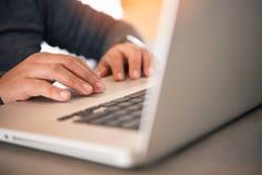 Бизнес-леди работая на портативном компьютере в офисе Стоковая Фотография RF